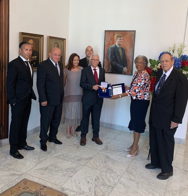 Op de foto: De familie van mevrouw wijlen M. Abraham, Hare Excellentie Lucille George-Wout en oud Minister Chance