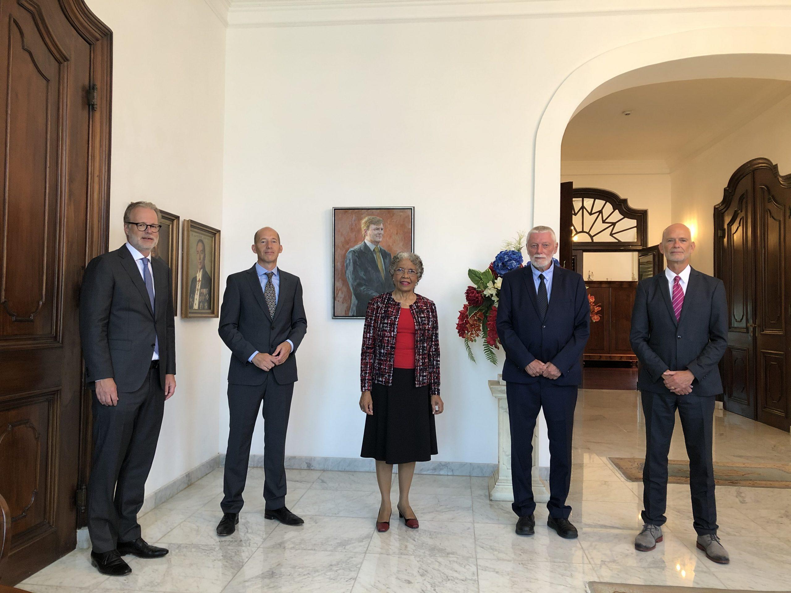 De Gouverneur van Curaçao, H.E. Lucille George-Wout (midden) en (vlnr) de rechters mrs J.A. van Voorthuizen, , O.Nijhuis, G.P. Verbeek en W.H. Bel.