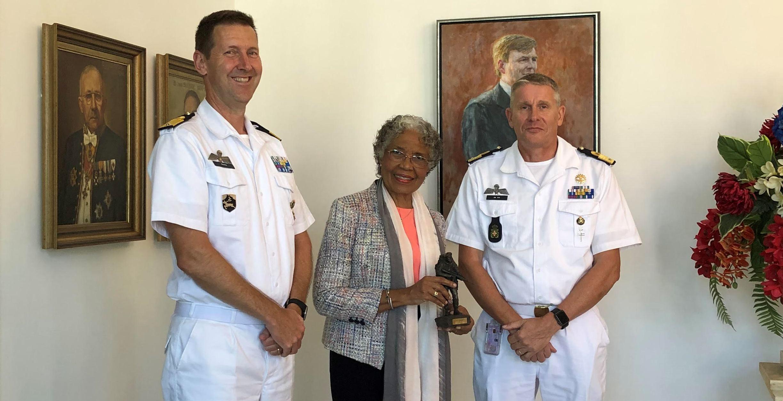 Op de foto: De Gouverneur van Curaçao, H.E. Lucille George-Wout (midden) en (l) kolonel Boots en (r) Generaal De Vin.