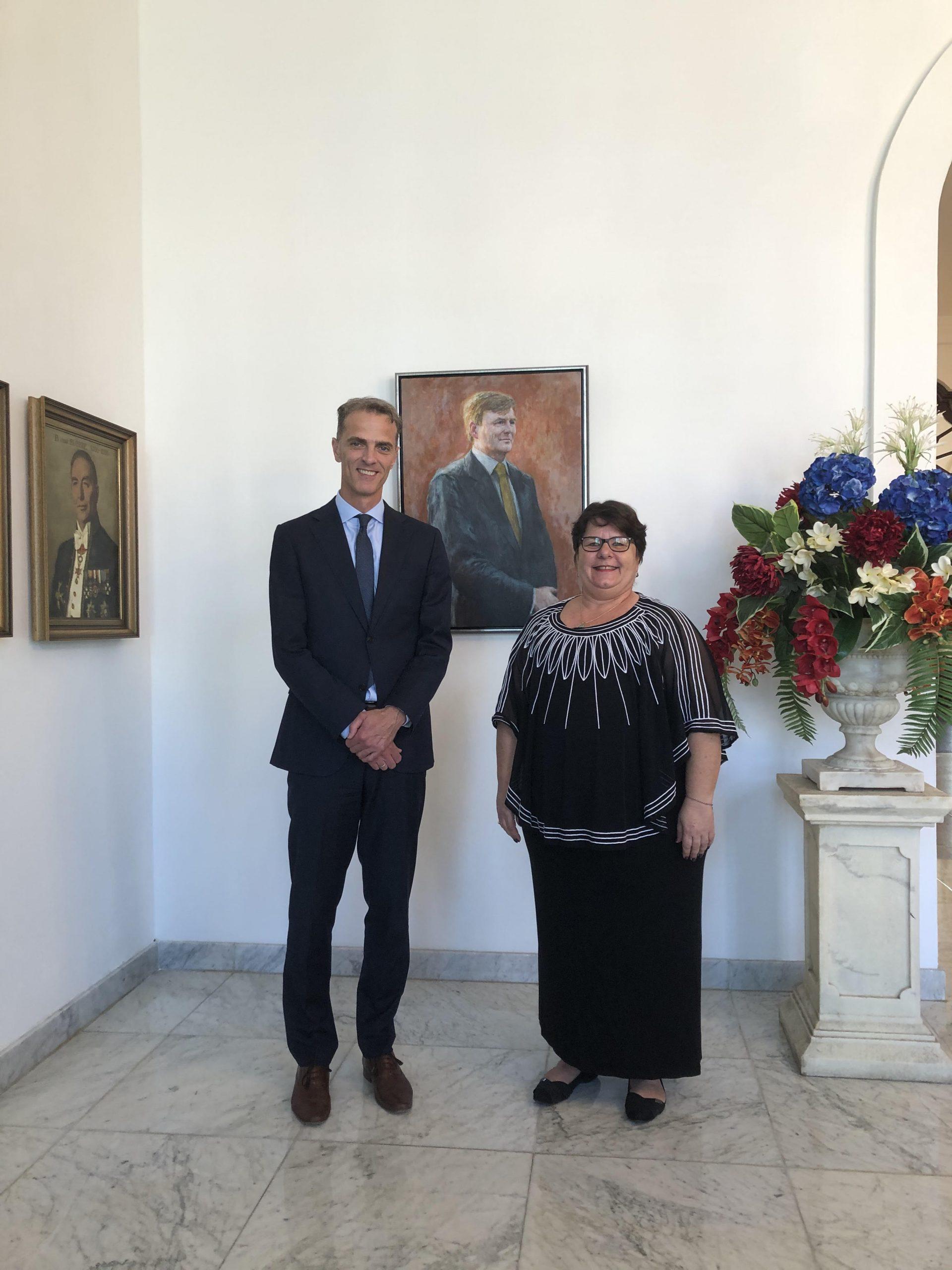Op de foto: De waarnemend Gouverneur van Curaçao, H.E. Michèle Russel-Capriles en de president van de Centrale Bank van Curcaco en Sint Maarten, drs. R.A. Doornbosch.